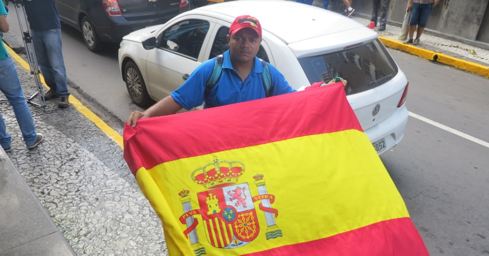 Ambulante vende bandeira da Espanha na porta do hotel da deleção em Recife