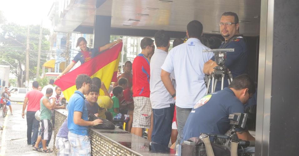 Andrea Queiroz (com a bandeira) soltou a voz para cantar o hino do Barcelona
