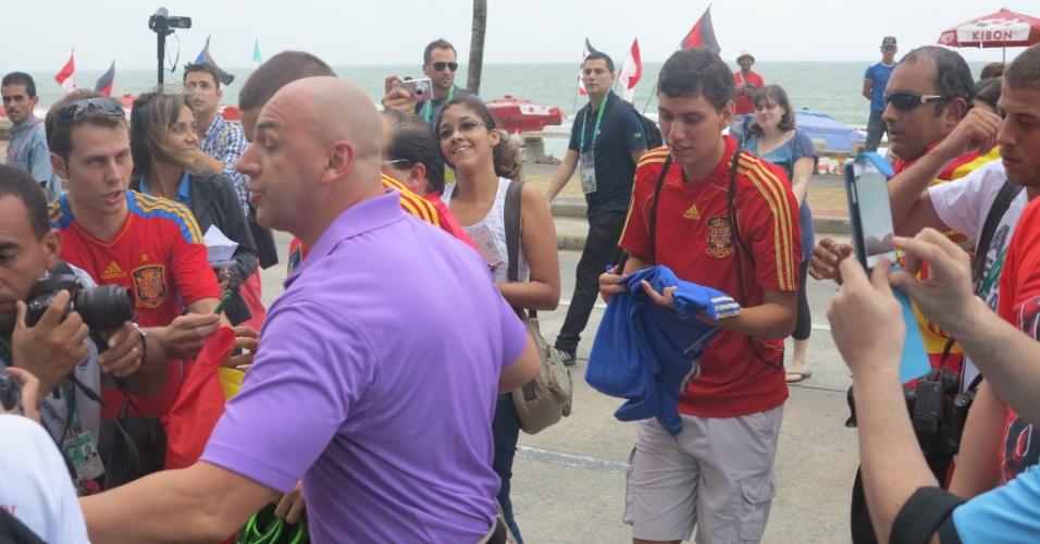 Atacante espanhol Fernando Torres provoca pequeno tumulto em breve aparição na orla da praia de Boa Viagem