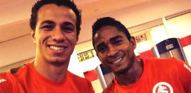 Leandro Damião posa ao lado de Jorge Henrique, no vestiário do Inter