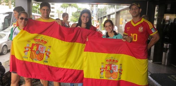 Mary Hellen (ao centro) é uma das fãs de Casillas à espera de um afago do ídolo em Recife