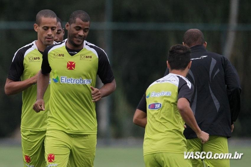Renato Silva e Wendel participam de exercício durante treinamento do Vasco