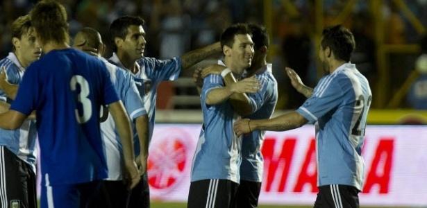 Messi comemora gol da Argentina no amistoso contra a Guatemala; jogador ultrapassou Maradona