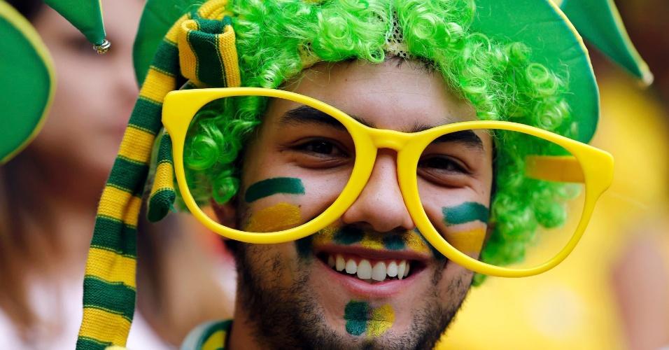 15.06.2013 - Com figurino exótico, torcedor brasileiro mostra animação antes da partida contra o Japão