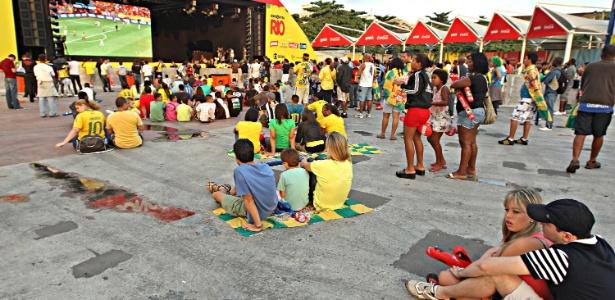 Público reduzido e desanimado acompanhou a estreia do Brasil em evento com telões no centro do Rio
