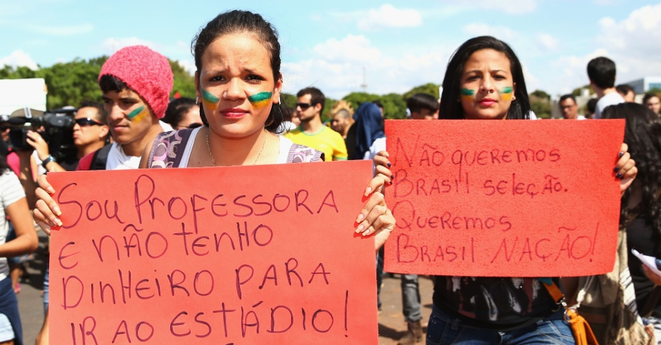 15.jun.2013 - Manifestantes realizam protesto em frente ao estádio Mané Garrincha antes da abertura da Copa das Confederações