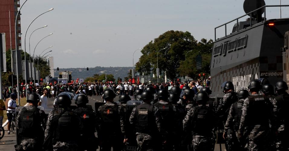 15.jun.2013 - Policiais fazem barreira para tentar impedir manifestantes de se aproximar do estádio Mané Garrincha durante protesto em Brasília