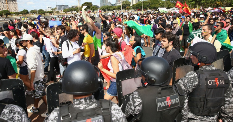 15.jun.2013 - Sob olhares de policiais, manifestantes protestam contra os gastos da Copa do Mundo no Brasil