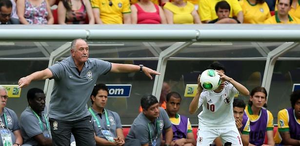 Técnico Luiz Felipe Scolari gesticula com os jogadores da seleção durante a partida contra o Japão