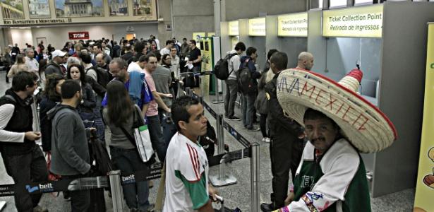 Torcedores fazem fila para retirar ingresso da Copa das Confederações no Rio de Janeiro