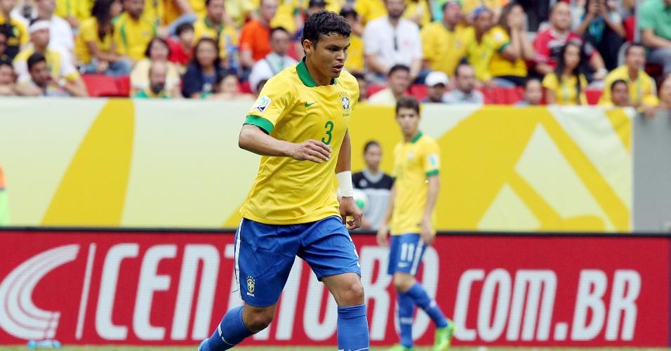 15.jun.2013 - Zagueiro e capitão da seleção brasileira Thiago Silva carrega a bola na partida contra o Japão