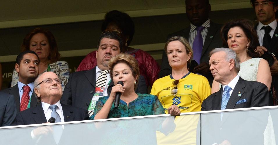 15.junho.2013 - A presidente Dilma (no centro) discursa na abertura da Copa das Confederações ao lado de Joseph Blatter (esq.) e José Maria Marin (dir.), presidentes da Fifa e da CBF, respectivamente