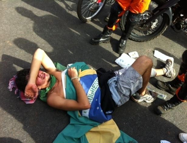15.junho.2013 - Manifestante cai no chão durante protesto no Mané Garrincha
