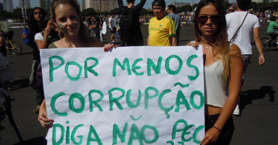 15.junho.2013 - Meninas exibem cartaz em protesto também contra a PEC 37 em Brasília