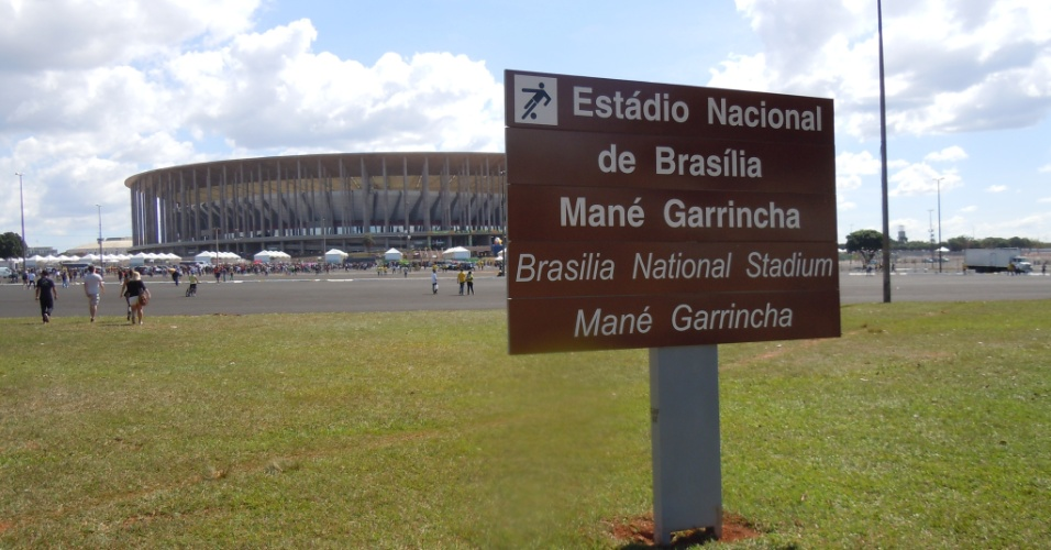 15.junho.2013 - Placa turística de Brasília mostra que a decisão da Fifa de chamar o Mané Garrincha de Estádio Nacional não pegou, e o local segue sendo chamado pelo nome antigo