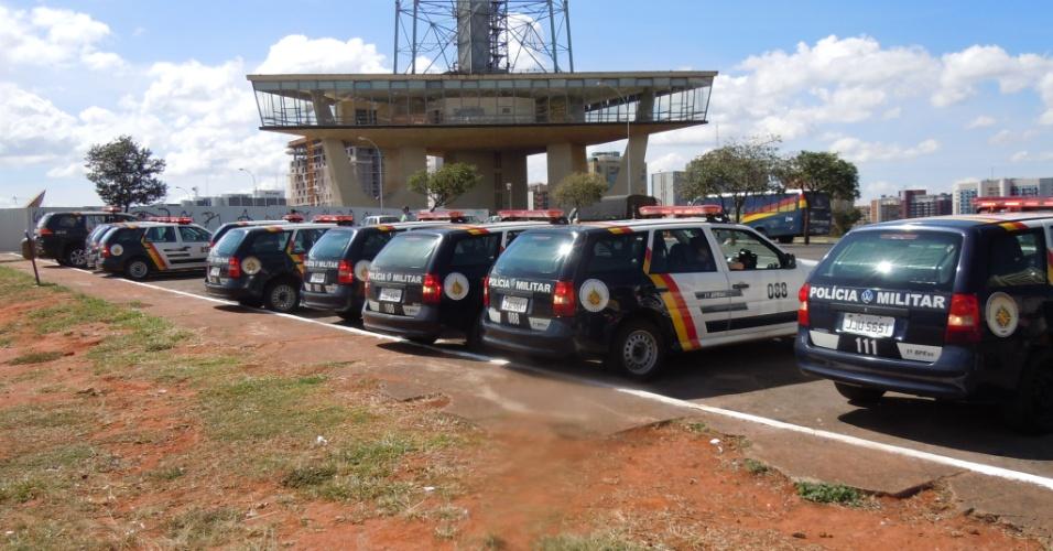 15.junho.2013 - Polícia posiciona suas viaturas sob a Torre de TV de Brasília, local por onde passaram os manifestantes a caminho do estádio