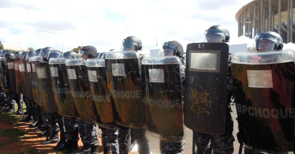 15.junho.2013 - Policiais formam barreira para impedir que manifestantes se aproximem das entradas de torcida do estádio Mané Garrincha