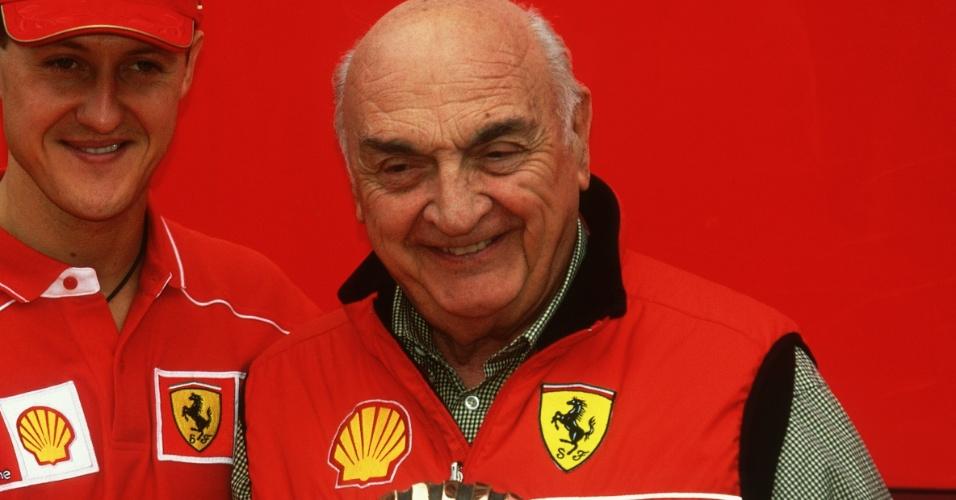 José Froilán González posa ao lado de Michael Schumacher; primeiro vencedor de uma corrida de F-1 pela Ferrari morreu aos 90 anos