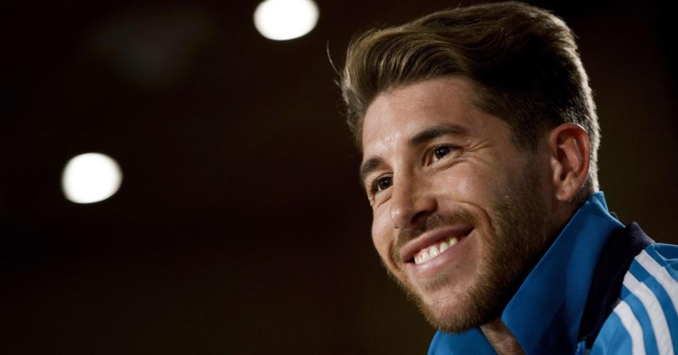 16.mai.2013 - Sergio Ramos sorri durante entrevista coletiva no estádio do Real Madrid na véspera da final da Copa do Rei contra o Atlético de Madri