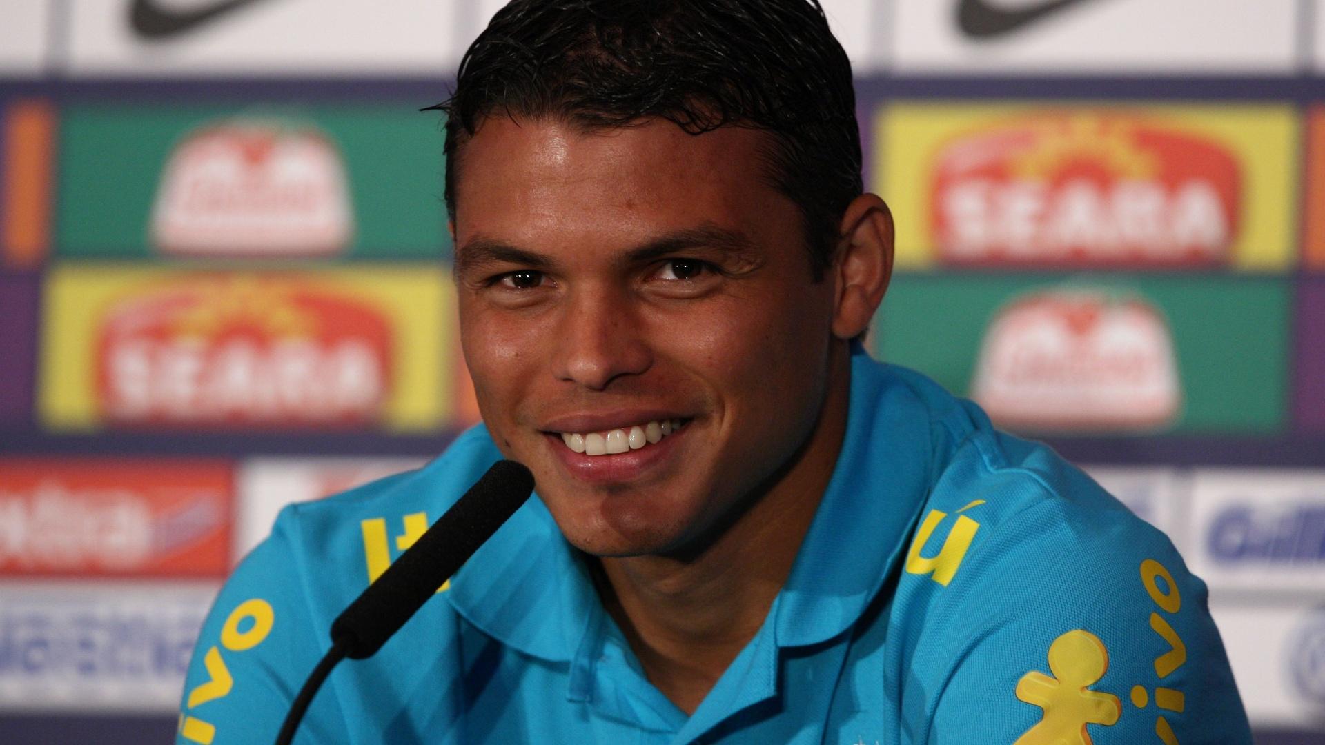 19.jul.2012 - Zagueiro Thiago Silva concede entrevista coletiva antes de treino da seleção brasileira