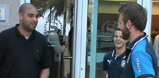 Atacante Adriano faz visita ao hotel da seleção italiana e conversa com De Rossi e Giovinco