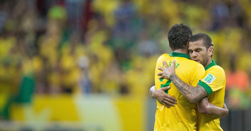 15.jun.2013 - Daniel Alves e Thiago Silva se abraçam após a vitória por 3 a 0 do Brasil sobre o Japão na estreia da Copa das Confederações
