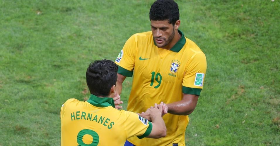 15.jun.2013 - Hulk cumprimenta Hernanes ao ser substituído durante a vitória por 3 a 0 do Brasil sobre o Japão pela Copa das Confederações