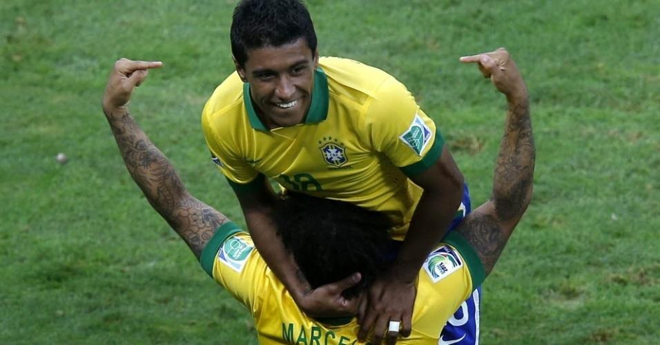 15.jun.2013 - Marcelo exibe braços tatuados na comemoração do gol de Paulinho na vitória do Brasil sobre o Japão