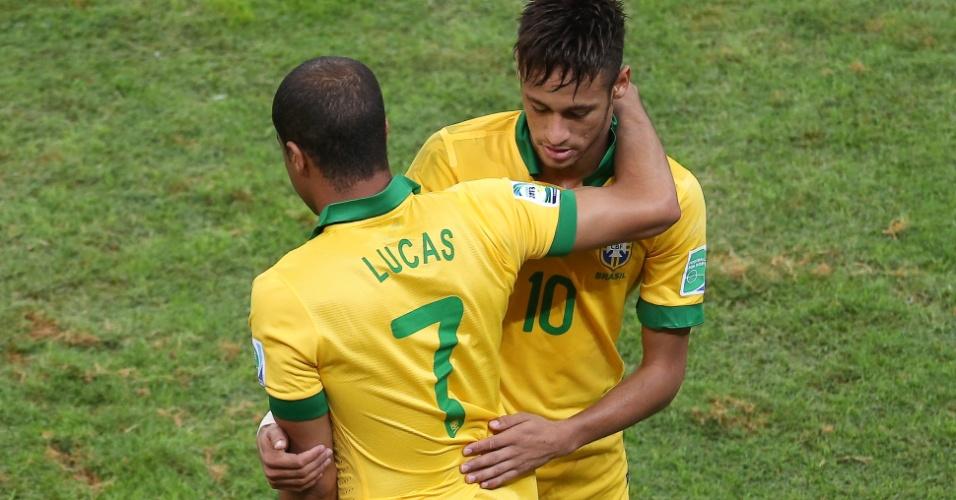 15.jun.2013 - Neymar abraça Lucas ao ser substituído durante a vitória por 3 a 0 do Brasil sobre o Japão na estreia da Copa das Confederações