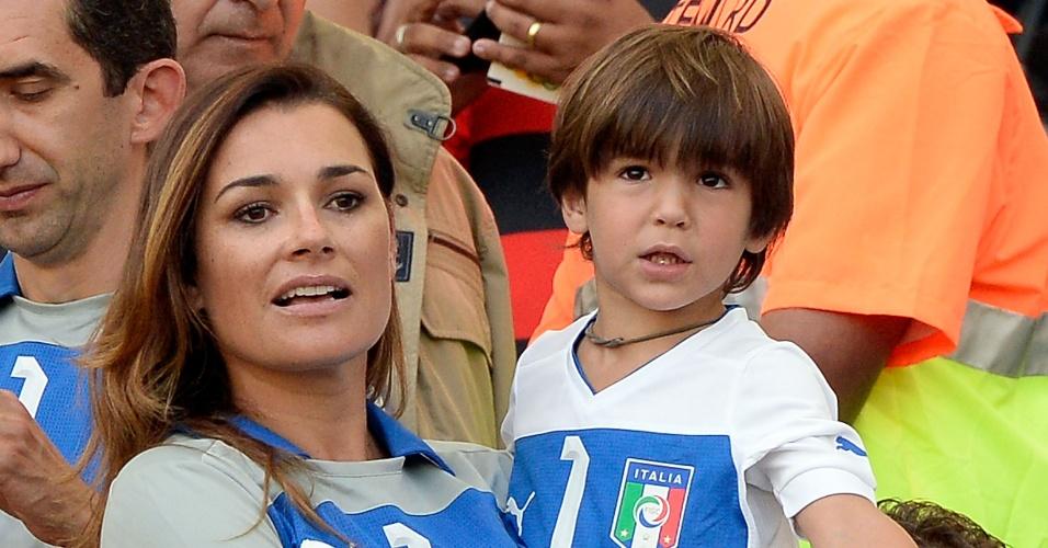16.jun.2013 - Alena Buffon levou o filho do goleiro da Itália para assistir ao jogo contra o México