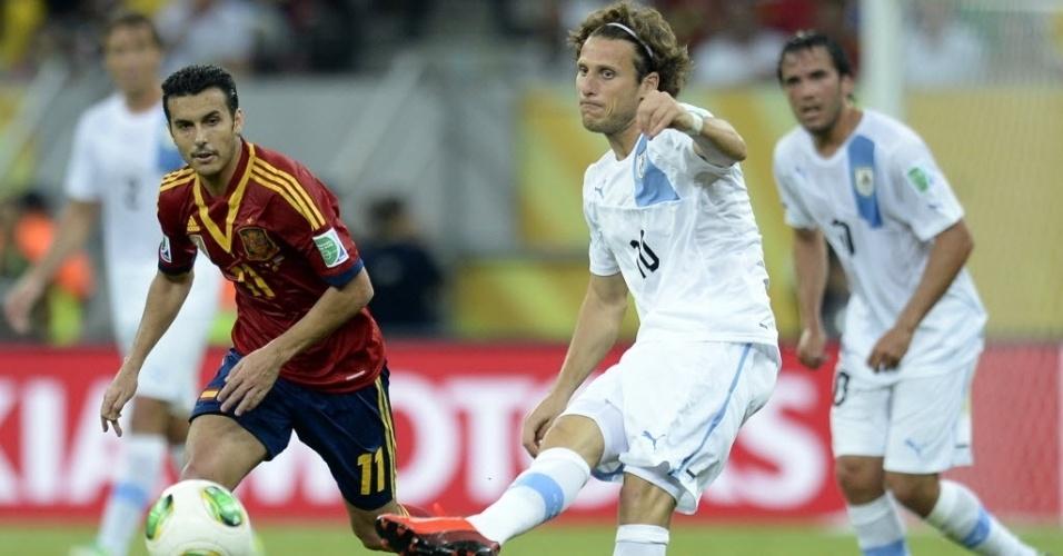 16.jun.2013 - Após começar no banco, Forlán, atacante do Internacional, entra na partida e tenta ajudar o Uruguai contra a Espanha