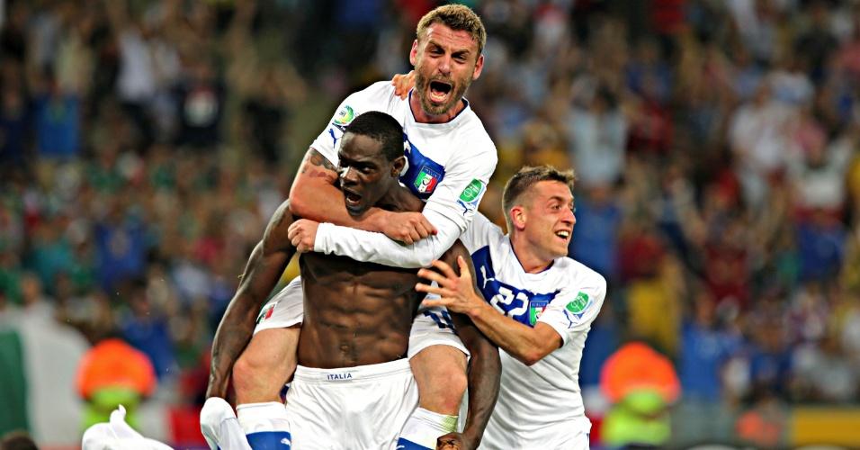 16.jun.2013 - Balotelli é abraçado pelos companheiros de equipe para comemorar gol da Itália contra o México