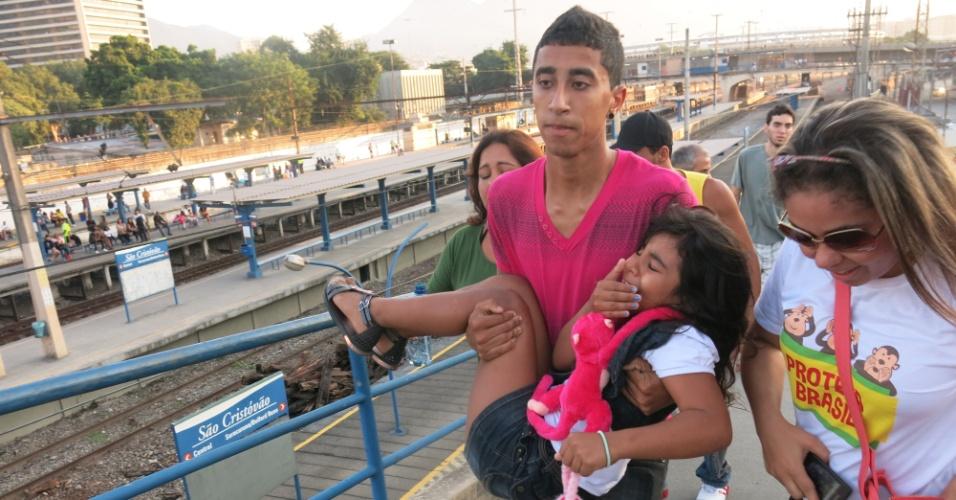 16.jun.2013 - Chorando, criança é carregada no colo durante protesto no Maracanã