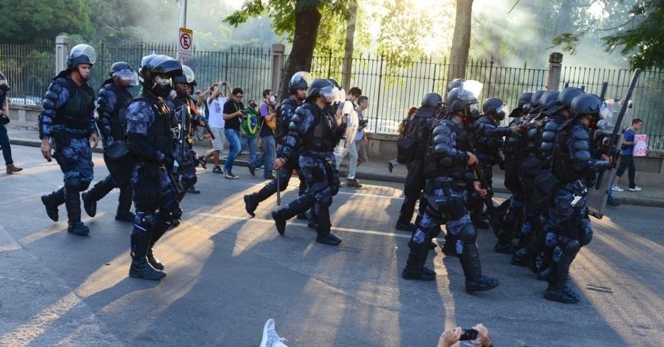 16.jun.2013 - Deitado no chão, manifestante tira foto de policiais durante protesto no Maracanã