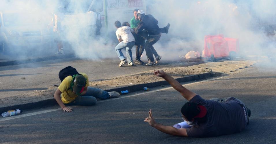 16.jun.2013 - Manifestantes tentam fugir de bombas de gás lacrimogêneo atiradas pela polícia durante protesto no Maracanã