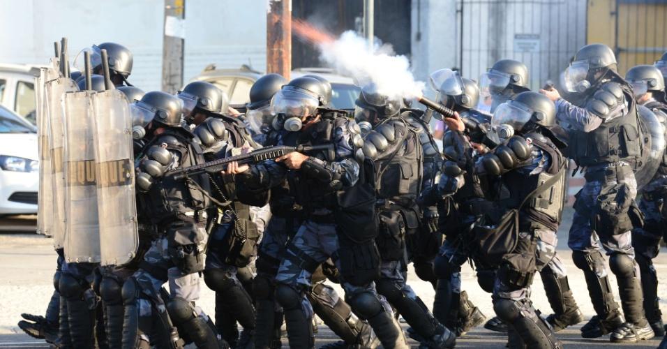 16.jun.2013 - Polícia atira bombas de efeito moral contra manifestantes durante protesto no Maracanã