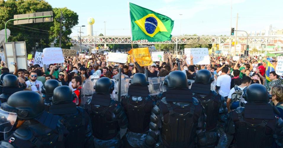 16.jun.2013 - Polícia faz cordão de isolamento contra manifestantes nos arredores do Maracanã