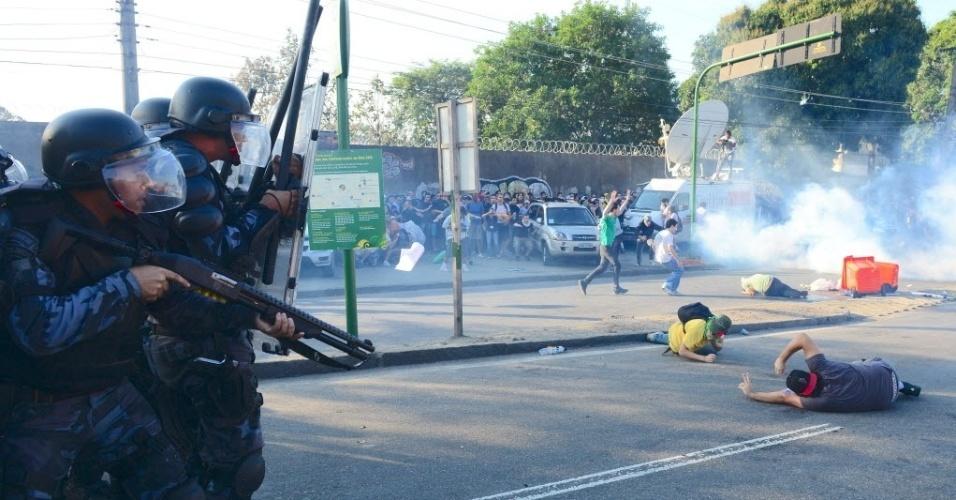 16.jun.2013 - Policiais atiram bombas de gás lacrimogêneo e balas de borracha contra manifestantes nos arredores do Maracanã