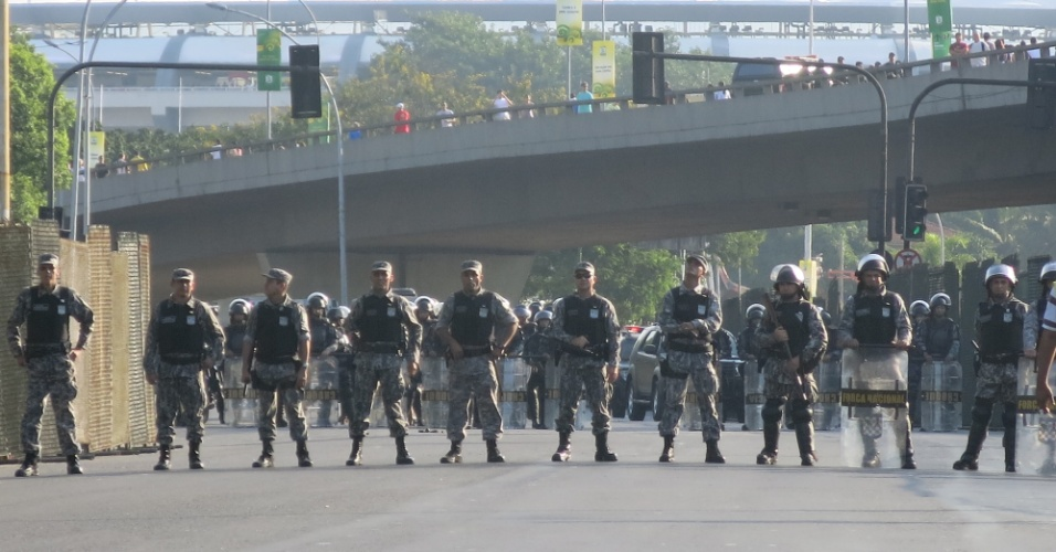 16.jun.2013 - Policiais fazem cordão de isolamento para impedir manifestante de chegarem perto do Maracanã para protesto