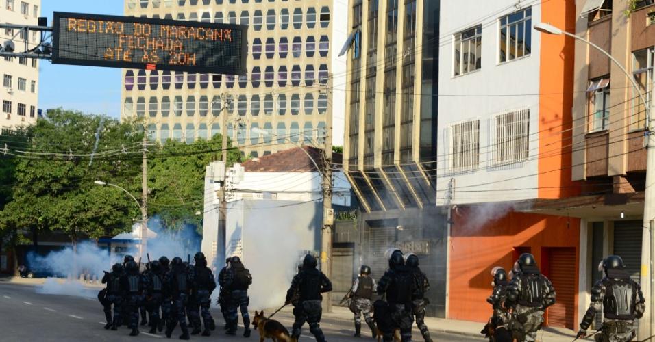 16.jun.2013 - Policias jogam bombas de gás lacrimogêneo contra protestos na região do Maracanã
