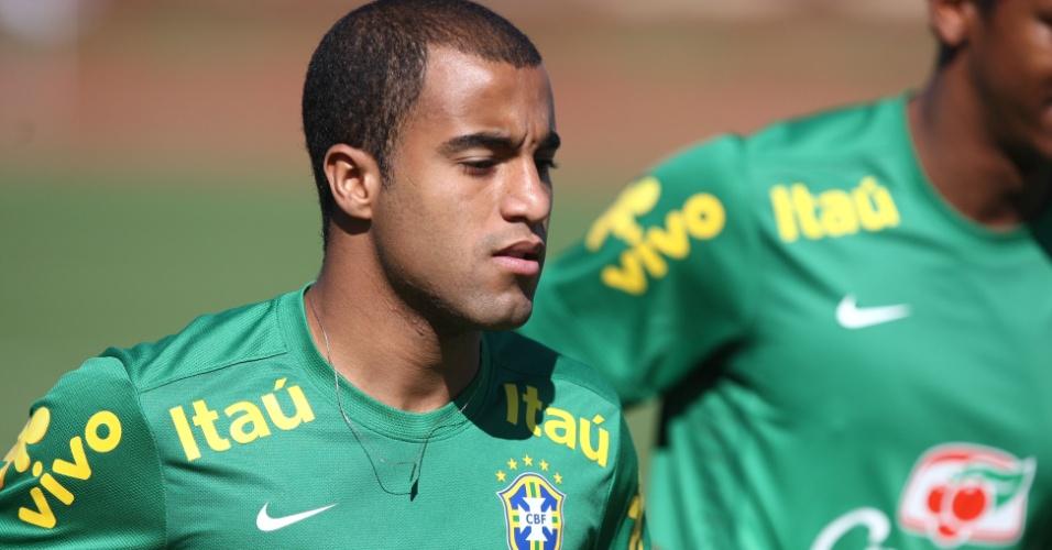 16.junho.2013 - Lucas, meia da seleção brasileira, corre durante treino da seleção brasileira