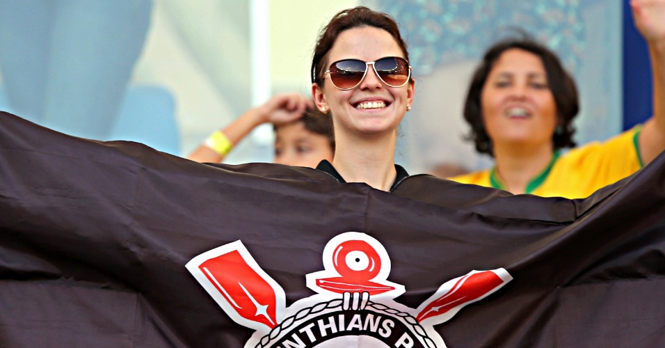 16.junho.2013 - Torcedora exibe bandeira do Corinthians antes da partida entre México e Itália pela Copa das Confederações
