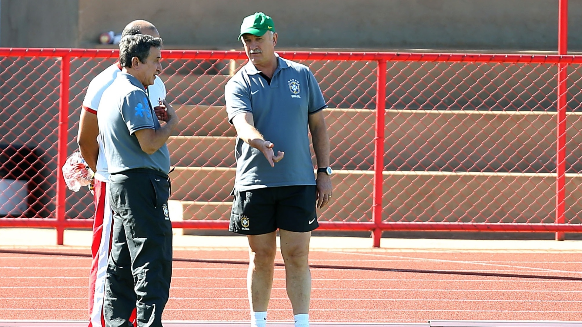 16.jun.2013 - Técnico Luiz Felipe Scolari conversa com o coordenador técnico Carlos Alberto Parreira durante treino da seleção