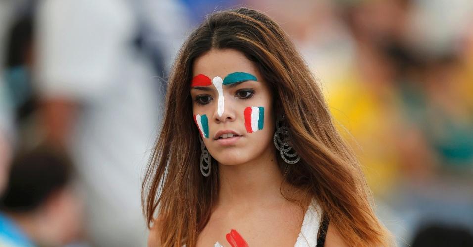 Torcedora da Itália pinta o rosto para acompanhar o duelo contra o México