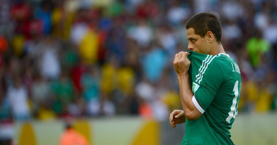16.jun.2013 - Javier 'Chicharito' Hernández beija a camisa da seleção mexicana após marcar, de pênalti, o gol de sua seleção na derrota por 2 a 1 para a Itália pela Copa das Confederações