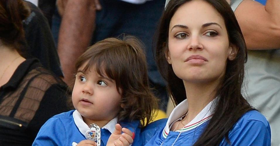 16.jun.2013 - Michela Quattrociocche, mulher de Alberto Aquilani, segura a filha Aurora no Maracanã enquanto acompanha o jogo entre Itália e México pela Copa das Confederações