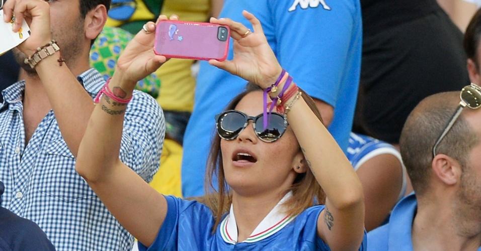 16.jun.2013 - Silvia Hsieh, mulher de Alessandro Diamanti, tira fotos durante a partida entre Itália e México pela Copa das Confederações no Maracanã