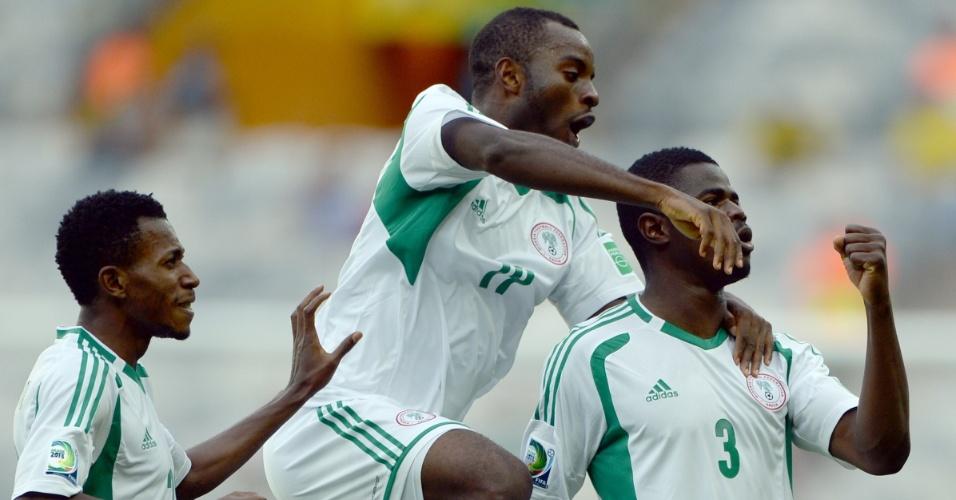 17.06.2013 -  Echijile (direita) comemora com seus companheiros de equipe o primeiro gol da Nigéria contra o Taiti