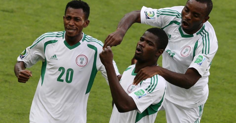 17.06.2013 - Jogadores da Nigéria comemoram gol de Echijile contra o Taiti; seleção africana goleou por 6 a 1 pela Copa das Confederações