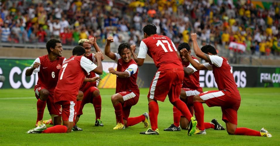17.06.2013 - Jogadores do Taiti desenvolvem coreografia para celebrar primeiro gol na Copa das Confederações no duelo contra a Nigéria